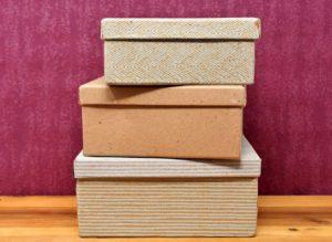 Cajas forradas de papel decorativo en tonos neutros