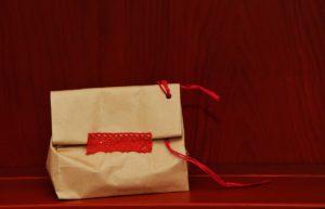 Bolsa de papel con adornos para regalo