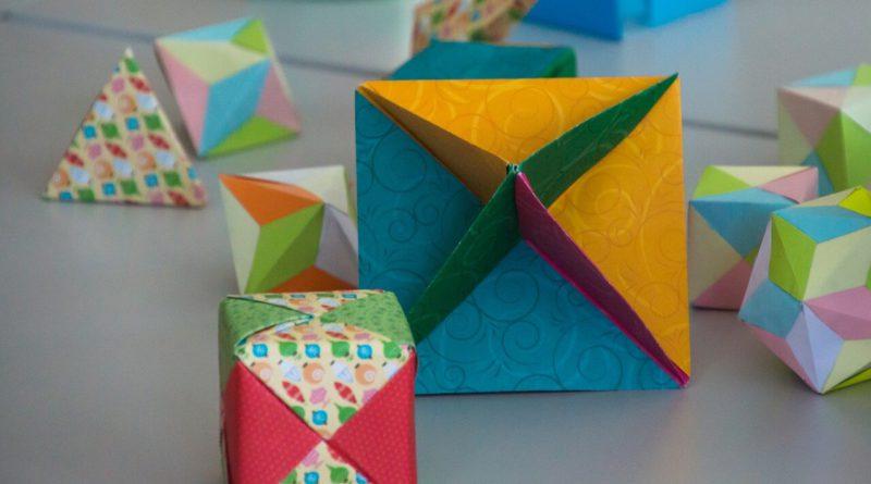 Figuras de papel con distintas formas y colores